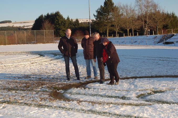 Gemeinde- und Vereinsvertreter nahmen am vergangenen Sonntag den beschädigten Sportplatz in Augenschein. Foto: Anja Fait